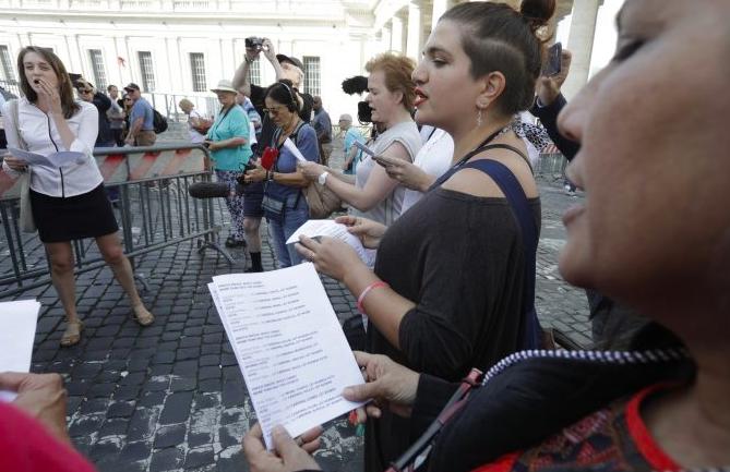 Mujeres de pie y cantando juntas en una calle de Roma, cerca del Vaticano.